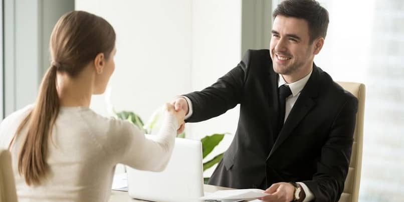mulher bem vestida em entrevista de emprego