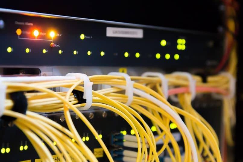 roteadores com cabos e luzes