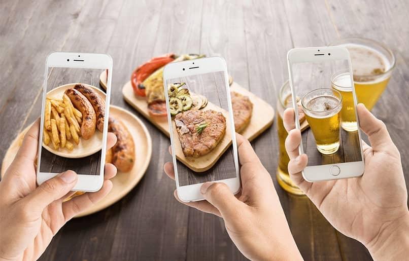 tirando fotos de seus pratos compartilhe nas redes sociais