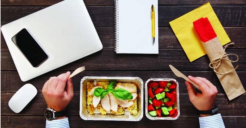 pessoa trabalhar escritório sentar comer saudável
