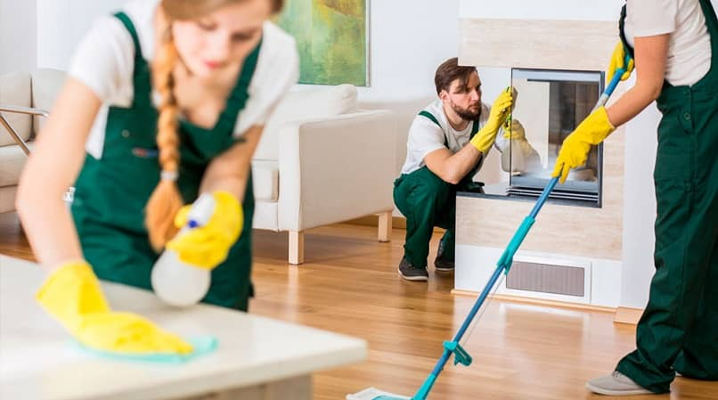 grupos de pessoas limpando uma casa