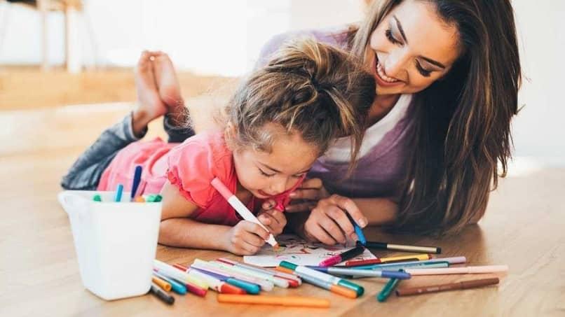 menina aprende colorir juntos mãe