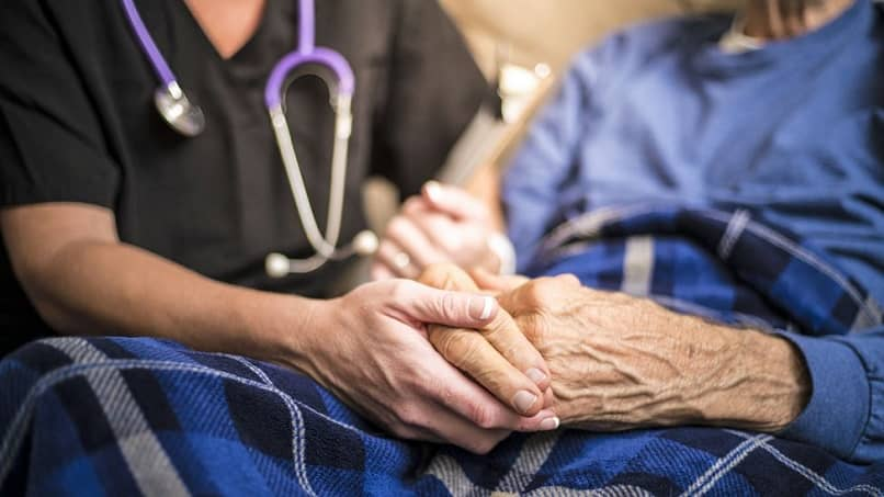 assistente de atendimento ao paciente mostra empatia pelo paciente