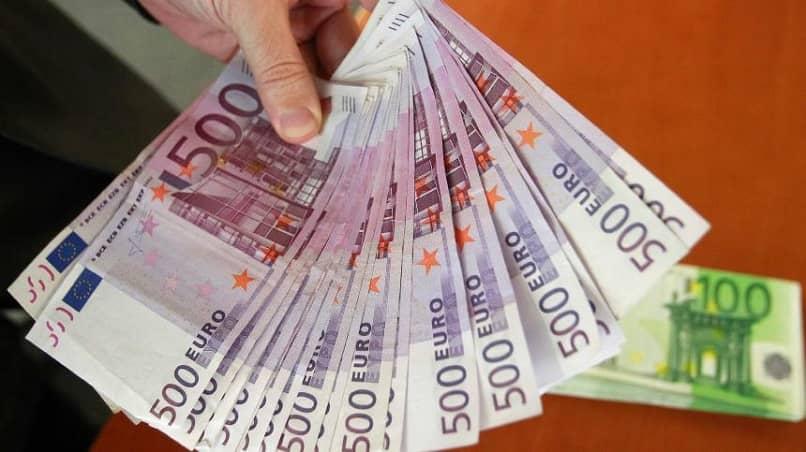 casa de câmbio distribuindo notas de 500 euros