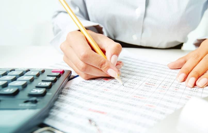 mulher calculando a depreciação de um ativo tangível