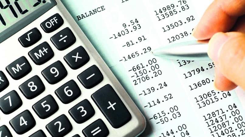 contador calculando um balanço contábil