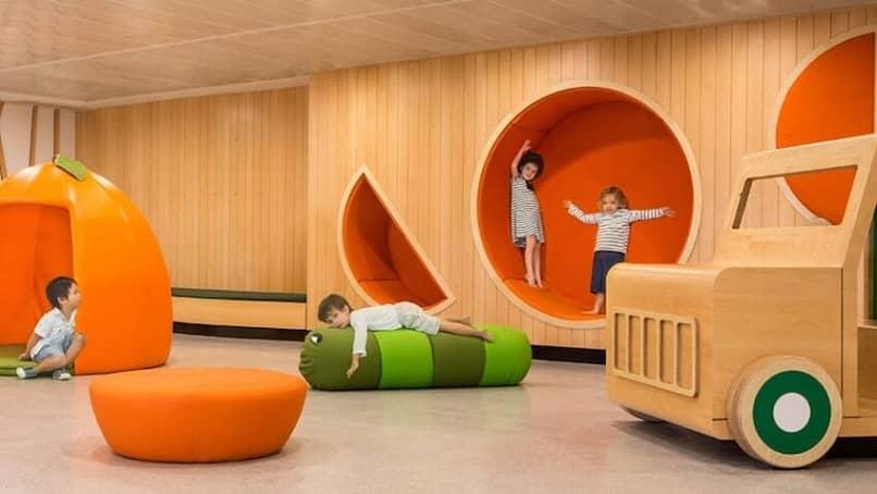 crianças brincando na creche da área de recreação