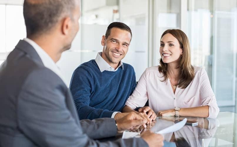 casal se candidata a um empréstimo bancário