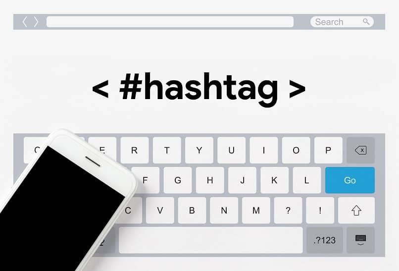 teclado virtual de um celular com a palavra hashtag